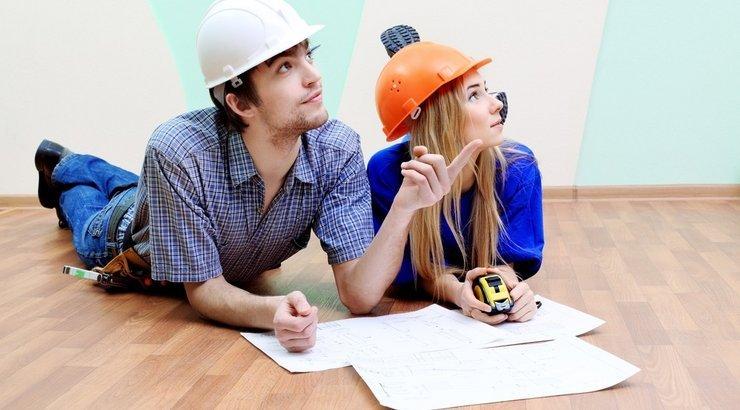 Парень с девушкой занимаются планировкой квартиры