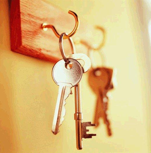Висячие ключи на крючке