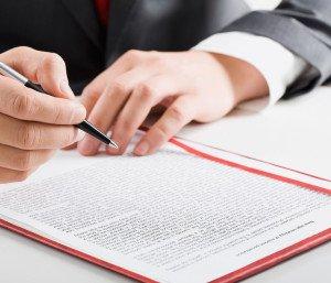 Мужчина оформляет документы для приватизации квартиры