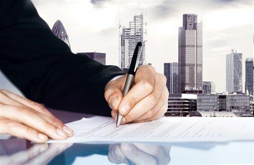 Мужчина заполняет документы о взыскании задолженности