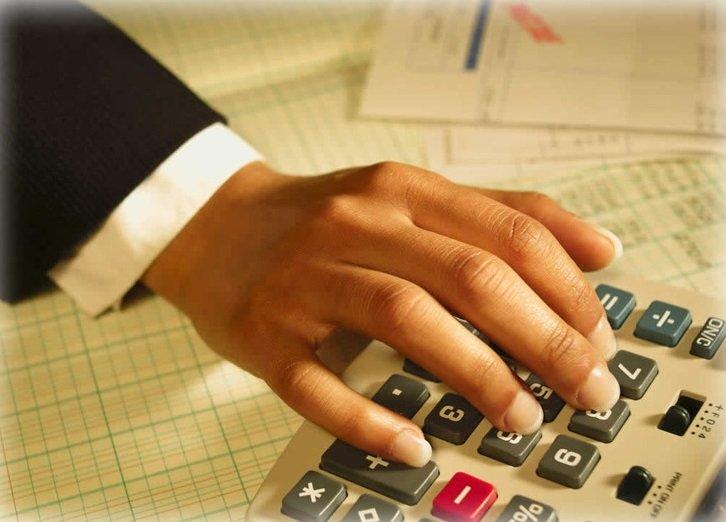 Рука на калькуляторе