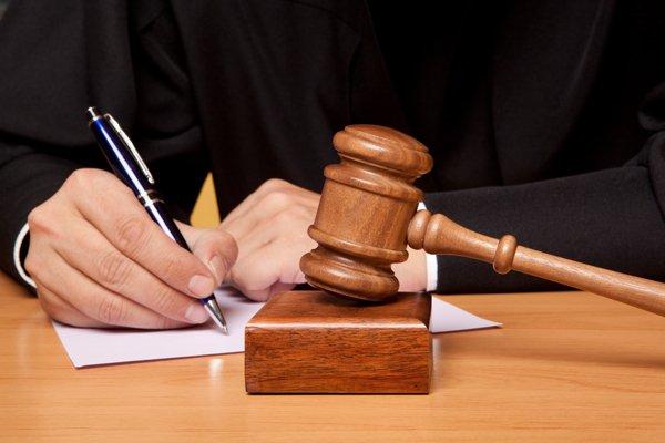 Судья заполняет документы