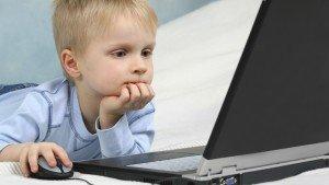 мальчик за ноутбуком