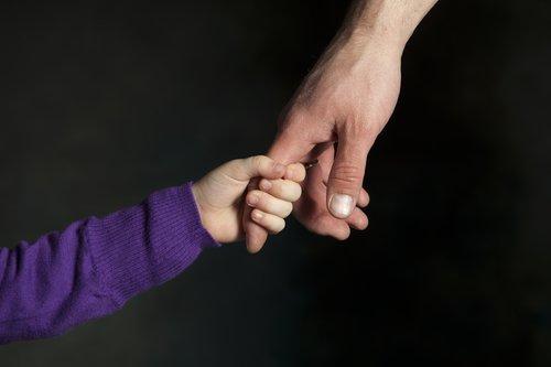 Рука мальчика и его отца