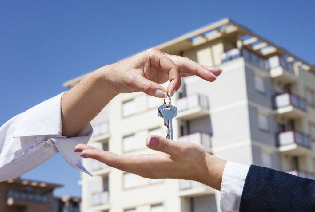 Девушка передает ключи от квартиры