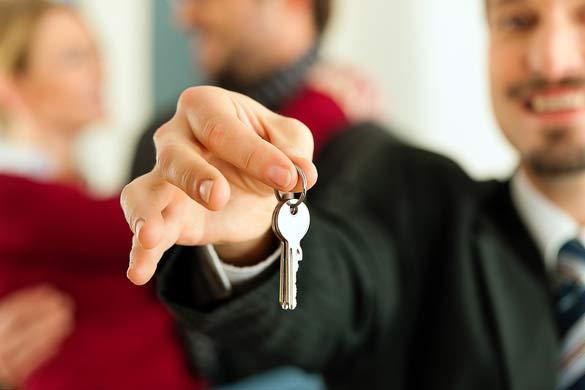 Мужчина передает ключи от квартиры