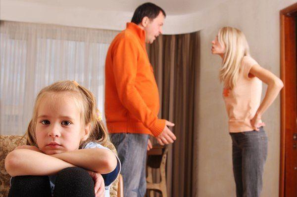 Ругающиеся родители и ребенок