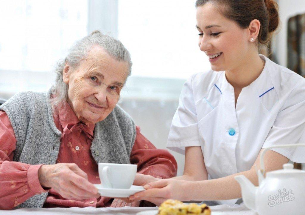 Бабушке предлагают кофе
