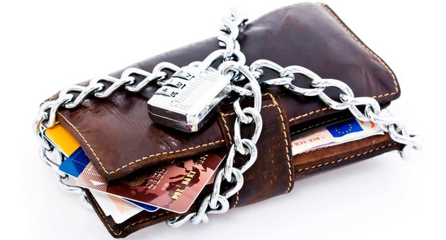 Банковские карты и кошелёк под замком