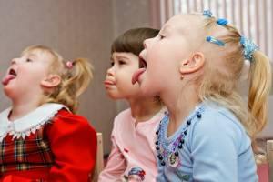 Дети показывают языки