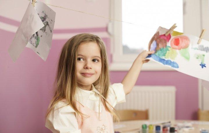 Девочка с рисунками