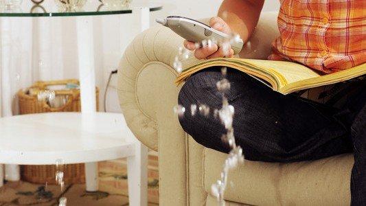 Девушка звонит по телефону с кресла
