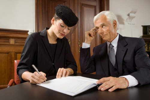 Мужчина и женщина оформляют завещание