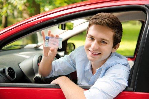 Мужчина показывает водительские права