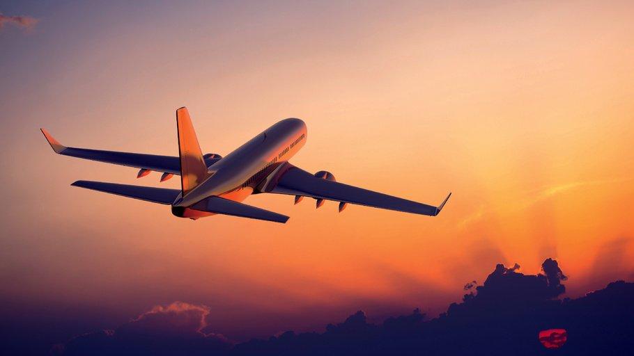Самолет в закате