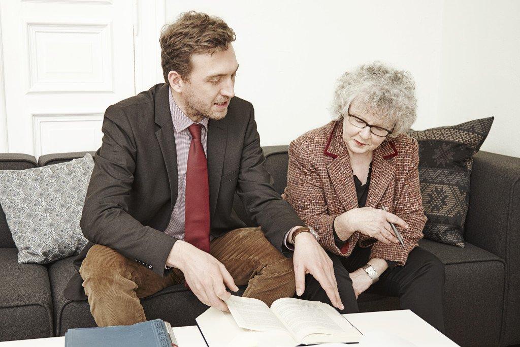 Адвокат оформляет наследство с бабушкой
