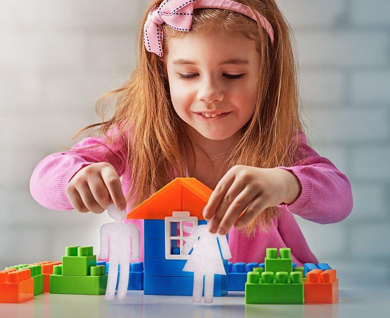девочка строит домик