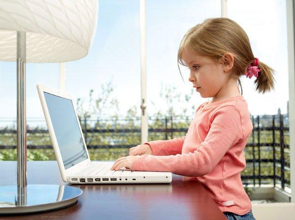 девочка за ноутбуком