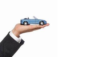 Мужчина держит игрушечный автомобиль